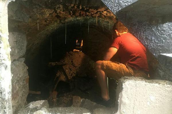 Karantinada canı sıkılan adamın inanılmaz keşfi! Evinin altında buldu
