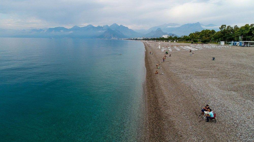 Yasak kalktı, bazı Antalyalılar denize koştu!