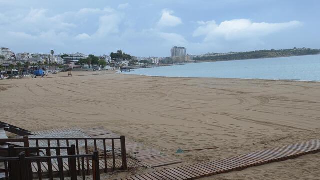 Şiddetli yağmur yüzünden plajlar yine boş kaldı