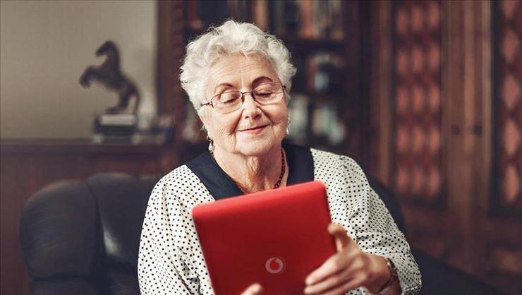 Vodafone'dan yaşlılara 400 tablet ve hat bağışladı