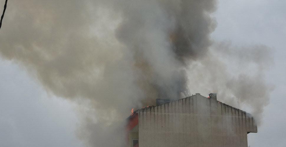 İstanbul'da bir apartmana yıldırım düştü