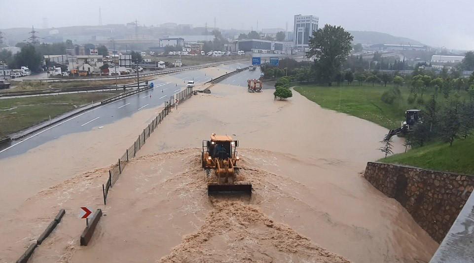 D-100 sular altında! Yol çift yönlü trafiğe kapandı