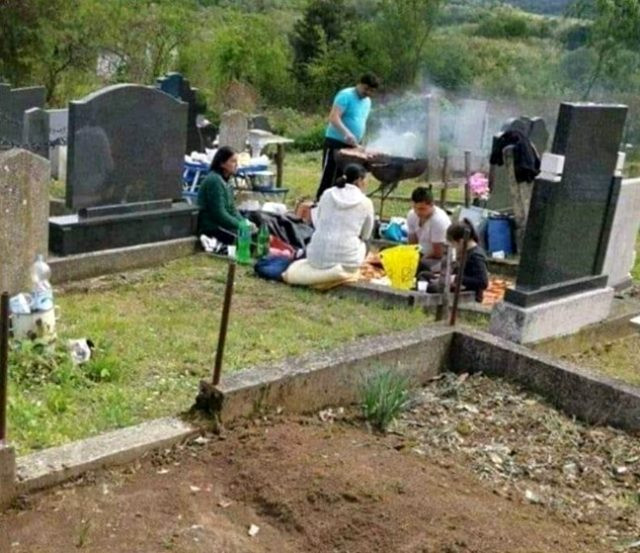 ''Mezarlıkta mangal'' fotoğrafı olay oldu!