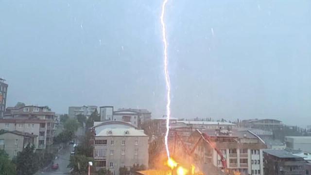 Bursa'da akılalmaz olay! Binanın üzerine düşen yıldırım böyle görüntülendi