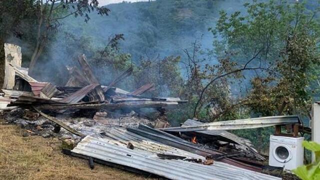 Düzce'de yıldırım düşen ev alev alev yandı