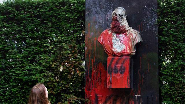 Sömürgeci Kral'ın heykeli belediye binasından kaldırıldı