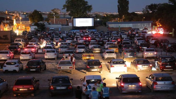 Koronavirüsle arabalı sinema günleri geri geldi!