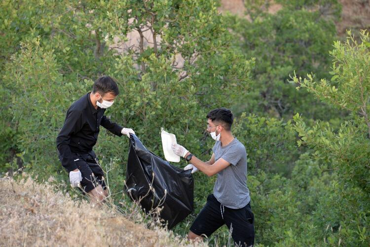 Piknikçilerin pisliğini onlar temizledi