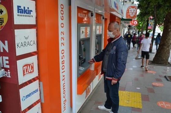 Yaşasın! İnsanlık ölmemiş, ATM'de bulduğu parayı bakın ne yaptı
