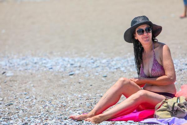 Antalya'nın ünlü sahiline tatilci akını!