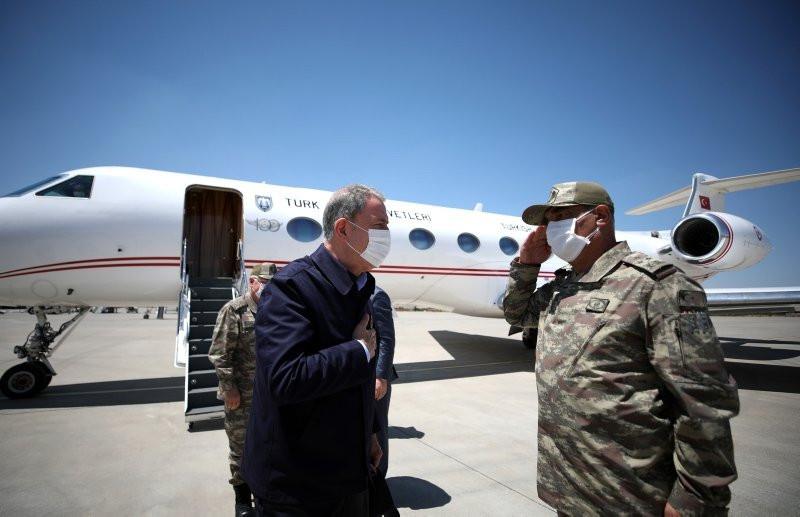 Bakan Akar ve komuta kademesi Suriye sınırında