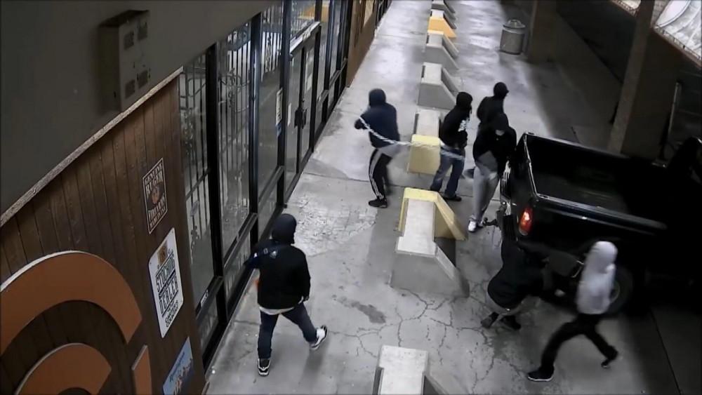 ABD'de silah mağazasını böyle yağmaladılar!