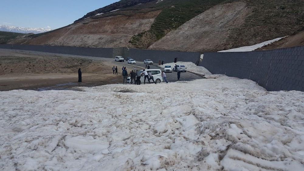 Haziran ayında büyük sürpriz! Onlarca araç karda mahsur kaldı