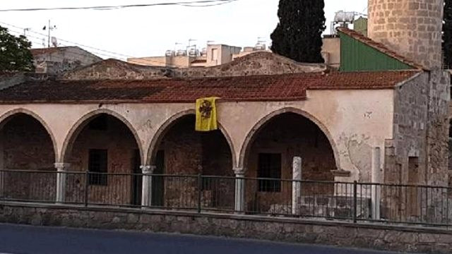 Rumlardan ikinci provokasyon! Camiye Bizans bayrağı astılar