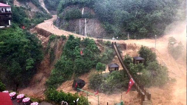 Ağaran Şelalesi taştı! Yol trafiğe kapandı