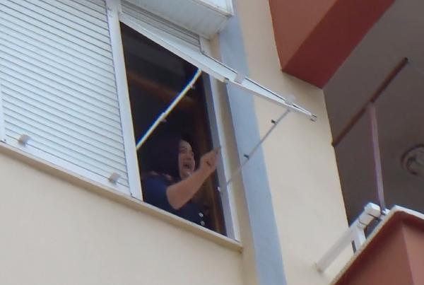 Boşanma aşamasındaki eşinin eşyalarını balkonda yaktı