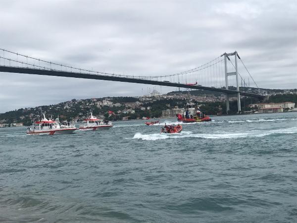 İstanbul Boğazı'nda saygı geçişi