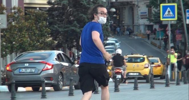 Taksim'de vatandaşın sokak köpeğiyle imtihanı kamerada