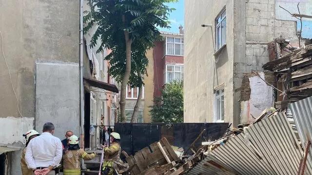 Üsküdar'da 2 katlı ahşap binada çökme meydana geldi