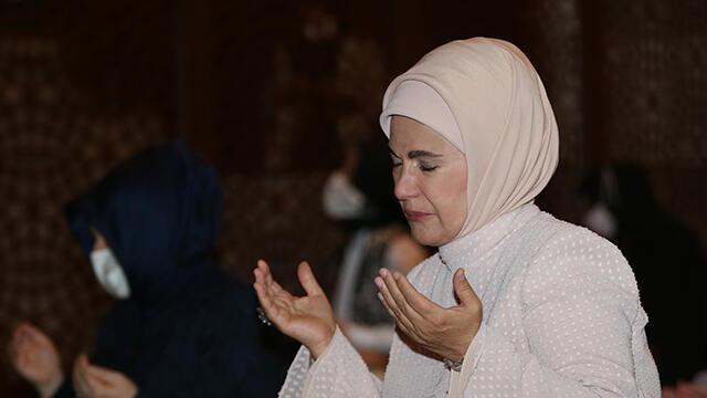 Emine Erdoğan, Ayasoyfa'da kadınlara ayrılan bölümde namaz kıldı