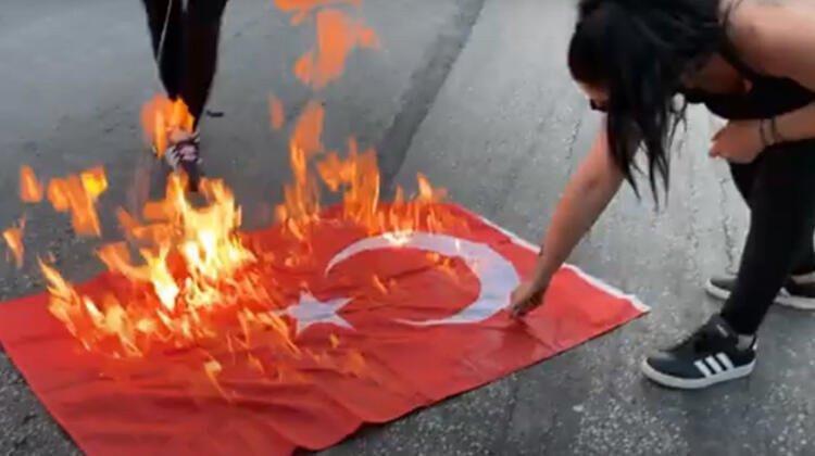 Yunanistan'da Türk Bayrağı'nı yaktılar!