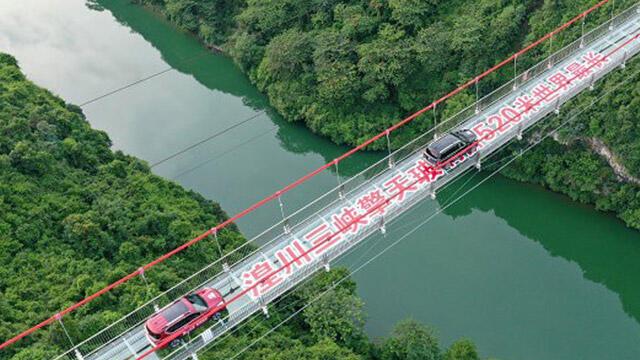 Dünyanın en uzun cam köprüsü Çin'de açıldı