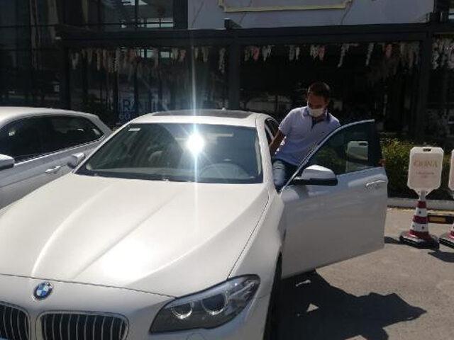 YKS'de birinci olan öğrencisine otomobilini hediye etti