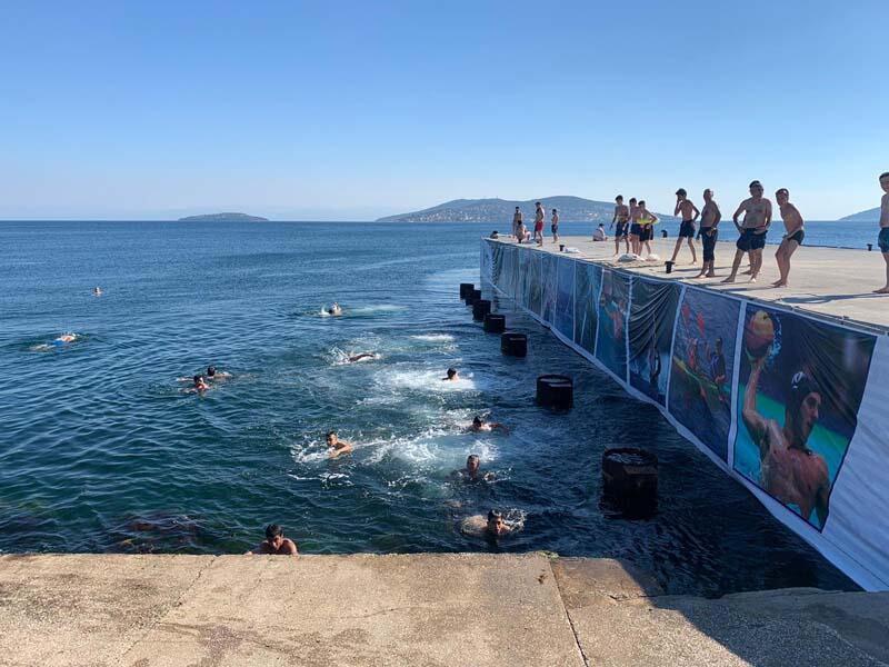 Termometreler 33 dereceyi görünce vatandaşlar denize akın etti
