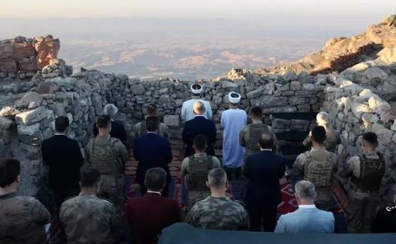 Bakan Soylu, bayram namazını askerle üs bölgesinde kıldı
