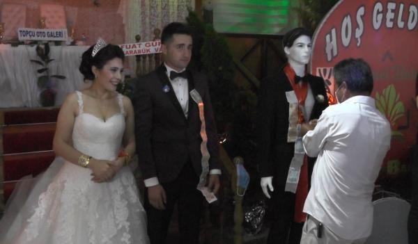 Düğünde takılar cansız mankenlere takıldı - Resim: 1