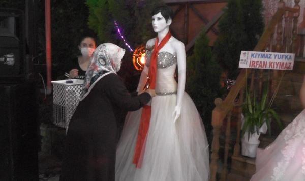 Düğünde takılar cansız mankenlere takıldı - Resim: 3