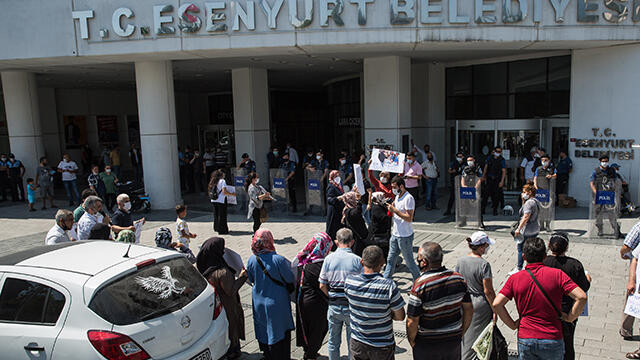 Esenyurt Belediyesi önünde ''pazarcı'' eylemi