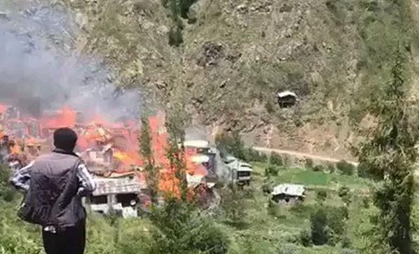 Artvin'de dehşet! Onlarca ev yanıyor!