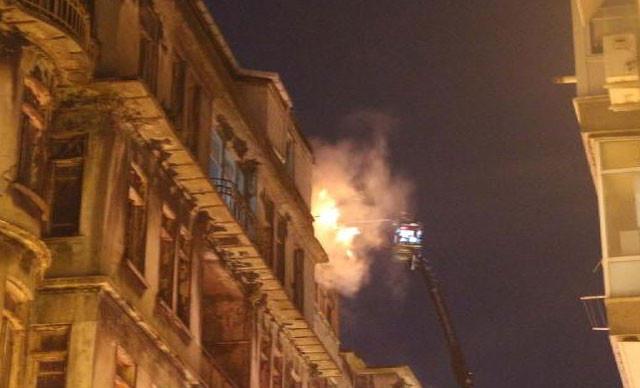 Şişli'de 3 binanın çatısı alev alev yandı