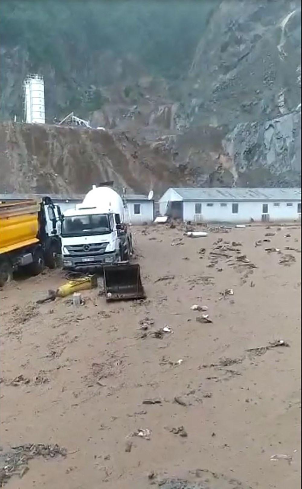 Doğu Karadeniz'de sel ve heyelan: 3 katlı bina çöktü, yollar kapandı