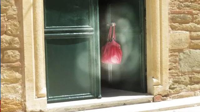 Cami kapısında asılı çanta vatandaşları korkuttu