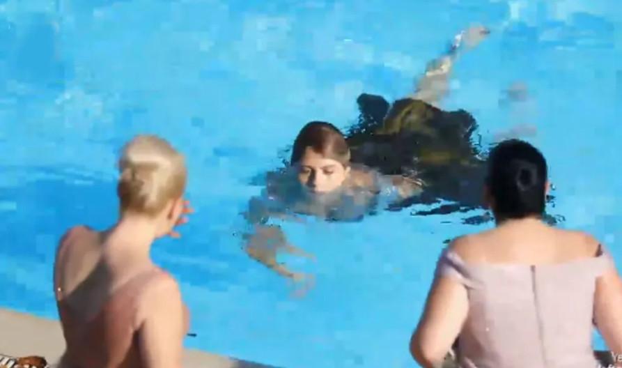 Doya Doya Moda finalinde Rümeysa, Rabia'yı havuza attı