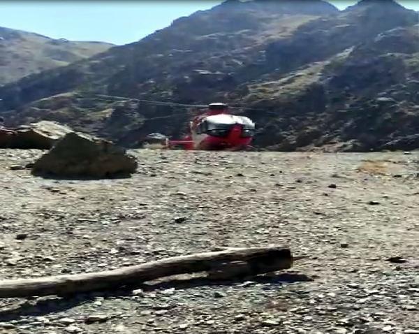 Korona hastası, 2 bin 500 rakımdan ambulans helikopterle böyle alındı
