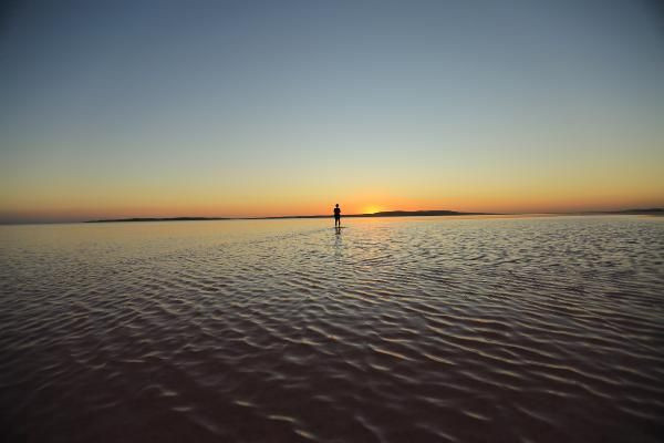 Pembeye bürünen Tuz Gölü tatilcinin gözdesi oldu