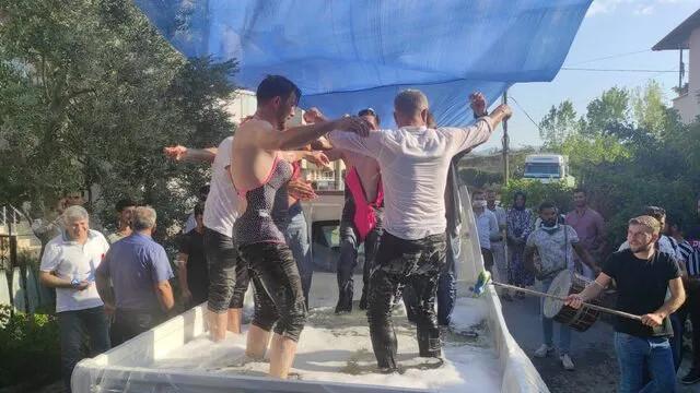 Böyle gelenek görülmedi! Kadın mayosu giydirip kamyonet kasasında yıkadılar