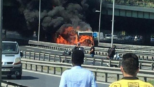 İstanbul'da metrobüs yangını! Yol trafiğe kapatıldı