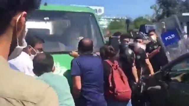 Ölüm orucunda ölen Ebru Timtik'in cenazesinde polis müdahalesi