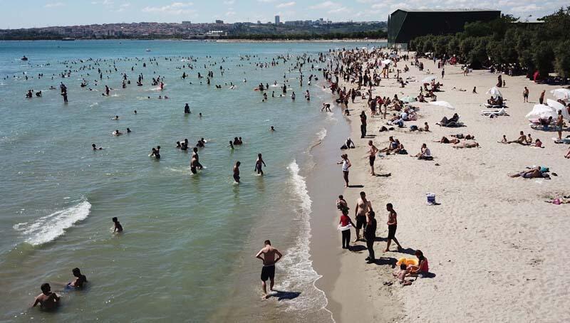 Bayramın son gününde Menekşe Plajı'nda bayram yoğunluğu