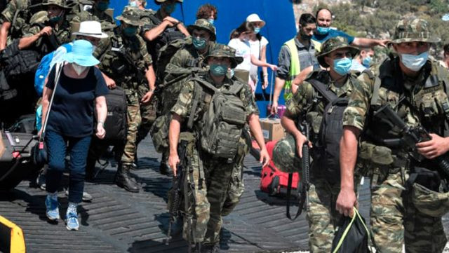 Yunanistan burnumuzun dibindeki adaya asker çıkardı!