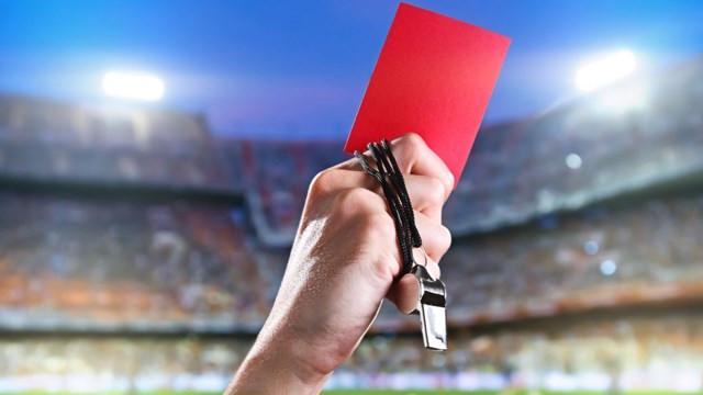 Futbola koronavirüs önlemi! Kasıtlı öksüren futbolcuya kırmızı kart