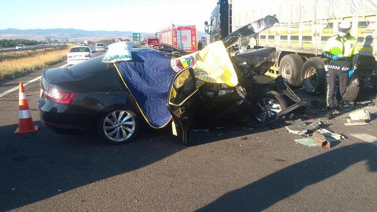 TIR'a arkadan çarpan otomobil 3 kişiye mezar oldu