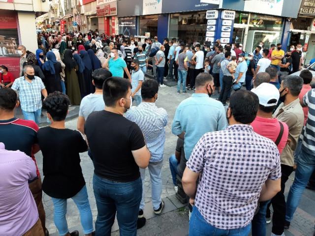 Bir dedikodu yayıldı, binlerce kişi sıraya girdi