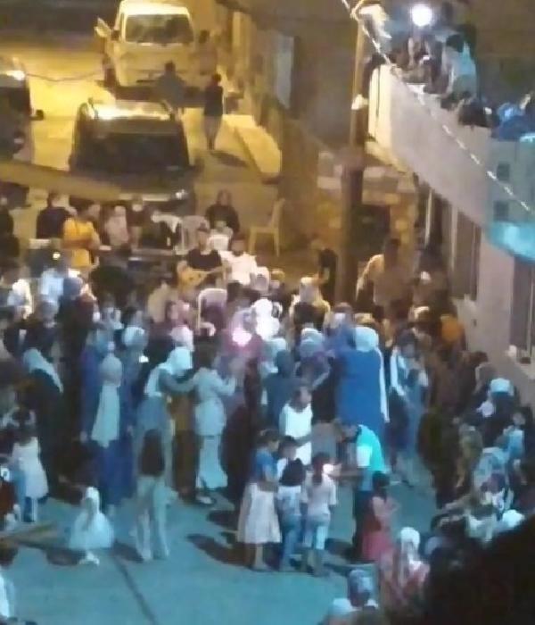 Sokak düğünü ve asker eğlencesinde koronavirüse rağmen halay çektiler
