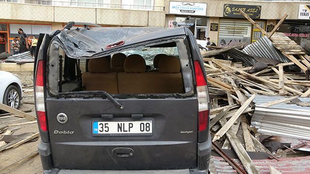Muş'ta fırtınadan kopan çatı aracın üzerine devrildi