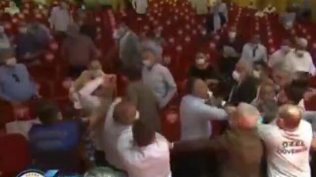 Belediye Meclisinde tekme tokat kavga! Belediye Başkanı darp edildi
